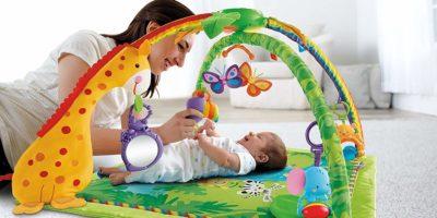 Die besten Erlebnisdecken für Babys: Krabbeldecke mit Spielbogen