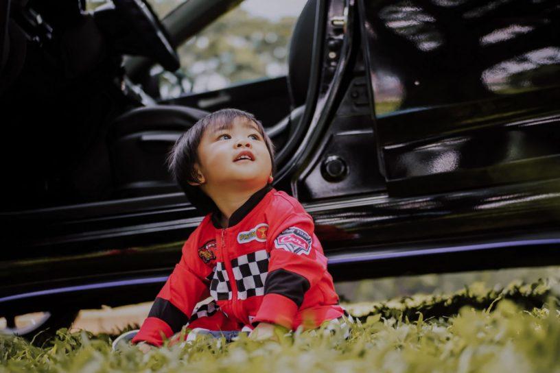 Ab wann dürfen Kinder im Auto vorne sitzen? Regelungen nach StVO