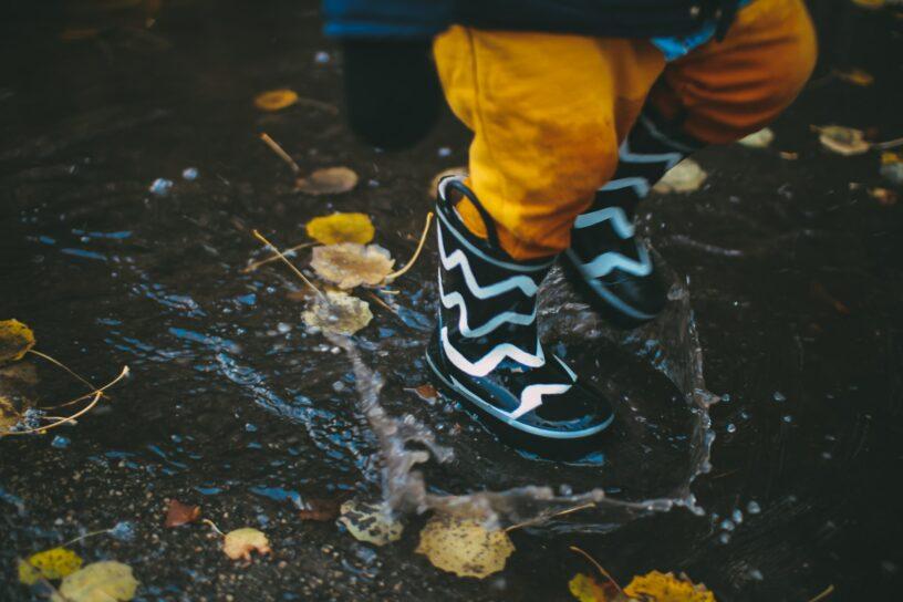 Warum Kinder bei Regenwetter trotzdem nach draußen sollten