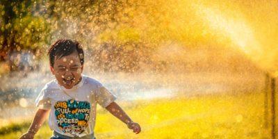 Verletzungen vorbeugen: So spielen Kinder sicher im Haus und Garten